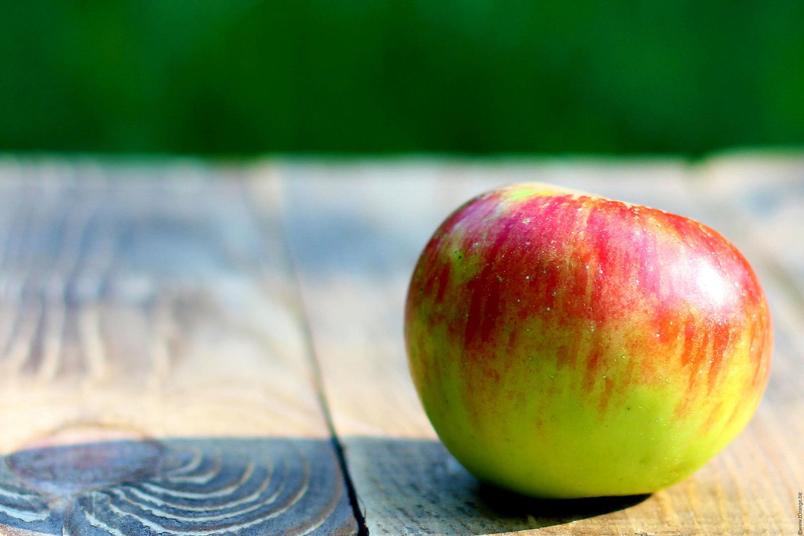 Jabłko na stole